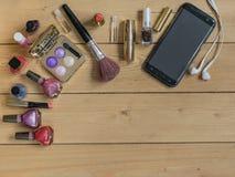Vista superior de un sistema de cosméticos del ` s de las mujeres en una tabla de madera Lugar para el texto Fotografía de archivo libre de regalías
