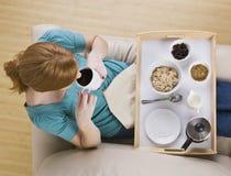 Vista superior de una bandeja de la mujer y del desayuno Imagen de archivo