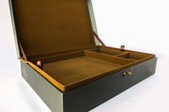Vista superior de una caja vieja verde vacía con el espacio de la tela de Brown para el uso en disposiciones de exhibir el produc Imagenes de archivo