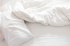 Vista superior de una cama sin hacer con la hoja de cama arrugada fotos de archivo