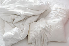 Vista superior de una cama sin hacer en un dormitorio con la hoja de cama arrugada fotografía de archivo libre de regalías