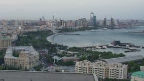 Vista superior de una ciudad grande por el mar Día a la noche Baku, Azerbaijan Lapso de tiempo almacen de video