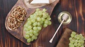 Vista superior de una composición de los alimentos con queso y vino almacen de metraje de vídeo