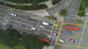 Vista superior de una intersección de la ciudad con un autobús, los coches y la gente cruzando la calle tiro Tráfico en el d3ia,  metrajes