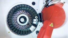 Vista superior de una máquina médica que analiza muestras biológicas metrajes