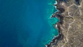 Vista superior de una orilla rocosa abandonada de la costa de la isla de Tenerife La cantidad aérea del abejón del mar agita alca almacen de metraje de vídeo