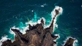 Vista superior de una orilla rocosa abandonada de la costa de la isla de Tenerife La cantidad aérea del abejón del mar agita alca almacen de video