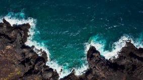 Vista superior de una orilla rocosa abandonada de la costa de la isla de Tenerife La cantidad aérea del abejón del mar agita alca metrajes