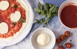 Vista superior de una pizza cruda del margarita Foto de archivo