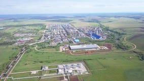 Vista superior de una planta industrial enorme clip Vista superior de los tugurios de la fábrica con los cascos del metal y de la almacen de video