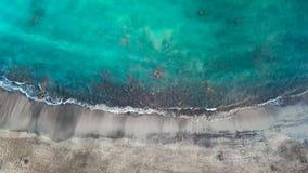 Vista superior de una playa volcánica negra abandonada Costa de la isla de Tenerife Cantidad aérea del abejón de alcanzar de las  almacen de metraje de vídeo
