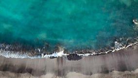 Vista superior de una playa volcánica negra abandonada Costa de la isla de Tenerife Cantidad aérea del abejón de alcanzar de las  almacen de video