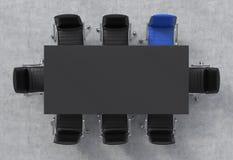 Vista superior de una sala de conferencias Una tabla rectangular negra y ocho sillas alrededor, uno de ellos es azules Interior d Imagen de archivo libre de regalías