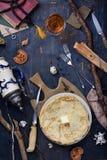 Vista superior de una tabla oxidada con las crepes, pocilga del vintage de la choza de los cazadores Imagenes de archivo