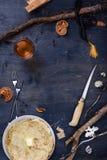 Vista superior de una tabla oxidada con las crepes, pocilga del vintage de la choza de los cazadores imagen de archivo