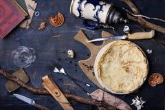 Vista superior de una tabla oxidada con las crepes, pocilga del vintage de la choza de los cazadores Foto de archivo libre de regalías
