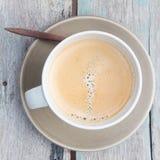 Vista superior de una taza de café en la tabla de madera Foto de archivo libre de regalías