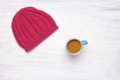 Vista superior de una taza de sombrero del coffe y de una mujer hecha punto imágenes de archivo libres de regalías