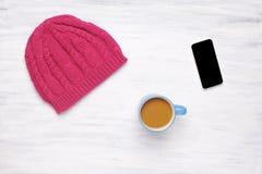 Vista superior de una taza del coffe y de un woman& hecho punto x27; sombrero de s Foto de archivo libre de regalías