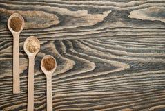 Vista superior de várias ervas e especiarias coloridas na colher no fundo de madeira marrom rústico no conceito da especiaria par Fotografia de Stock Royalty Free