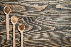 Vista superior de várias ervas e especiarias coloridas na colher no fundo de madeira marrom rústico no conceito da especiaria par Fotos de Stock Royalty Free