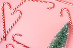 Vista superior del árbol de navidad con muchos bastón de caramelo en rosa en colores pastel Fotografía de archivo