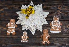 Vista superior del árbol de navidad del pan de jengibre con el fam lindo del pan de jengibre Foto de archivo