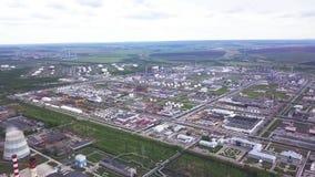 Vista superior del área industrial enorme clip Zona industrial que consiste en un grande de tiendas y de almacenes industriales almacen de metraje de vídeo