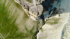 Vista superior del alivio de la superficie del acantilado tiro Vista superior vertiginosa del acantilado blanco en fondo del pie  almacen de metraje de vídeo