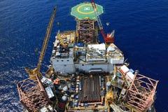 Vista superior del aparejo de perforación petrolífera en el mar Imagen de archivo libre de regalías