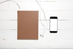 vista superior del auricular con el cuaderno y el teléfono Fotografía de archivo libre de regalías