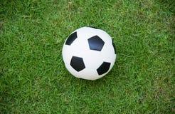 Vista superior del balón de fútbol en campo de fútbol fotografía de archivo