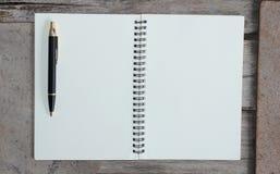 Vista superior del bolígrafo del cuaderno y de Kraft del hardcover Foto de archivo