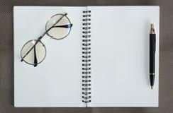 Vista superior del bolígrafo del cuaderno y de Kraft del hardcover y de los filtros ligeros para leer y escribir los libros Imágenes de archivo libres de regalías