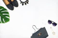 Vista superior del bolso de cuero, de zapatos, de gafas de sol y del reloj Fotografía de archivo