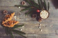 Vista superior del cacao caliente con las melcochas en la tabla de madera rústica con las luces de la Navidad Fotos de archivo