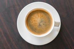 Vista superior del café caliente en el fondo de madera de la tabla Fotos de archivo