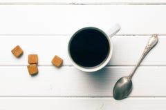 Vista superior del café con el azúcar marrón foto de archivo