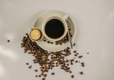 Vista superior del café sólo en una taza blanca con el mollete poner crema, derramamiento Fotos de archivo