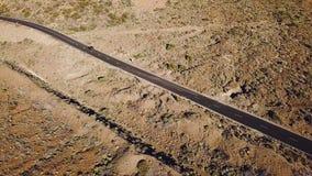 Vista superior del camino con los coches en el parque nacional de Teide Tenerife, islas Canarias, España metrajes
