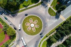 Vista superior del camino con un movimiento circular y una cama de flor Fotografía de archivo