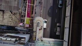 Vista superior del camino y de los carriles del puente Paisaje que construye el distrito financiero moderno de Bangkok autopista  almacen de metraje de vídeo