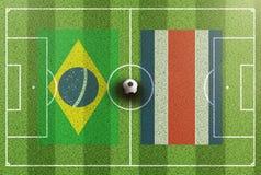 Vista superior del campo de fútbol verde con las banderas del Brasil y de Costa Rica Foto de archivo