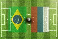 Vista superior del campo de fútbol verde con las banderas del Brasil y de Serbia Imagenes de archivo
