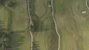 Vista superior del campo de golf de lujo grande Vista de los céspedes y de los árboles verdes Tiroteo desde arriba, visión superi almacen de metraje de vídeo