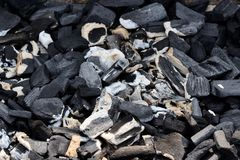 Vista superior del carbón de leña caliente que brilla intensamente en un hoyo de la parrilla Fondo abstracto del carbón de leña Foto de archivo libre de regalías