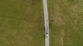 Vista superior del carro con el montar a caballo en el camino Paseo del caballo almacen de video