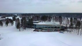 Vista superior del centro de ocio del invierno cantidad Base hermosa del centro turístico del invierno rodeada por los árboles y  almacen de metraje de vídeo