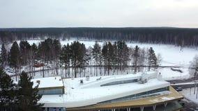Vista superior del centro de ocio del invierno cantidad Base hermosa del centro tur?stico del invierno rodeada por los ?rboles y  almacen de video