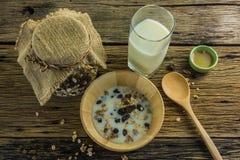 Vista superior del cereal y de la leche, abeja de la miel en la tabla de madera vieja Foto de archivo libre de regalías